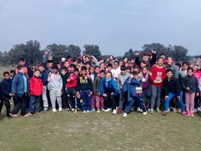 Los chicos con Cinthia, la coordinadora del Programa Deporte y Valores.