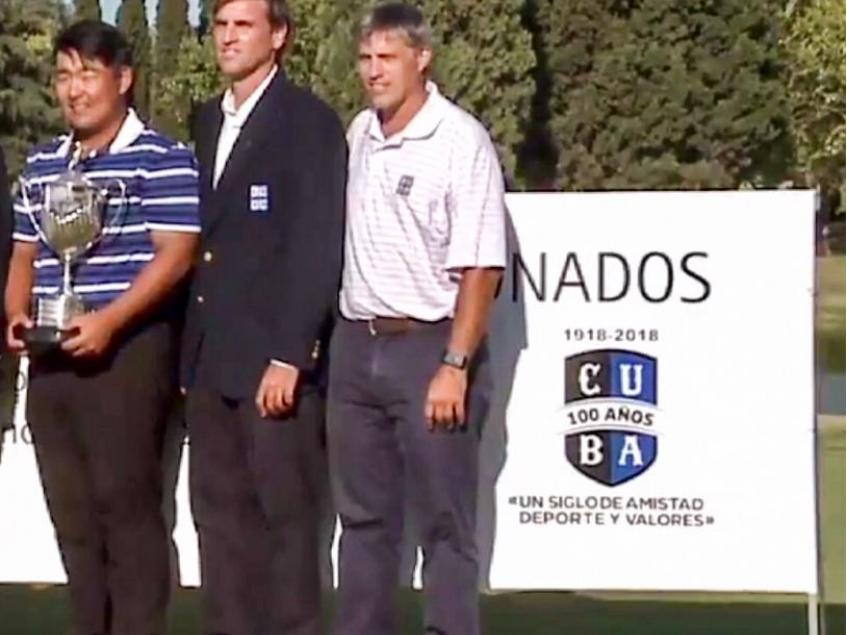 Federico Cicardo, presidente del club, y Mario Dominguez, capitán de golf, entregan el premio a Federico Shin