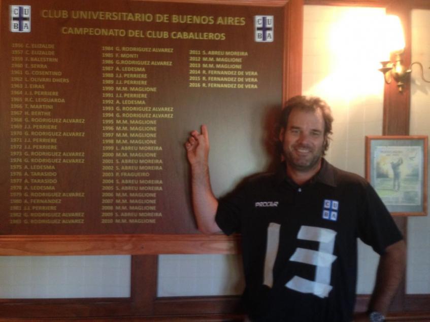 Manuel Maglione estampando su triunfo número 13