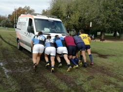 M19 de CUBA y de La Plata junto al árbitro desempantanando la ambulancia